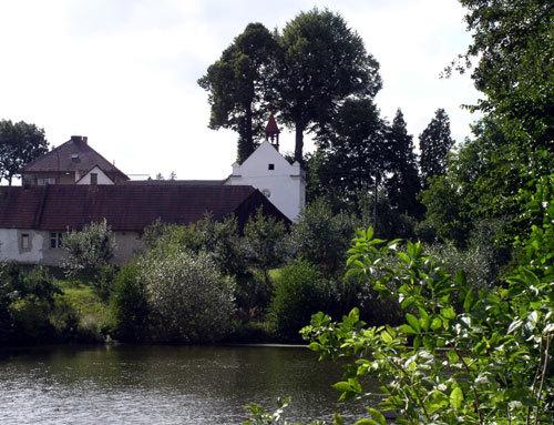 Pohled přes rybník na kapli